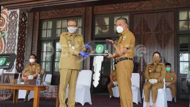 Bupati Sanggau Terima Bantuan Ambulance Infeksius dan Oxygen Concentrator Dari Gubernur Kalbar