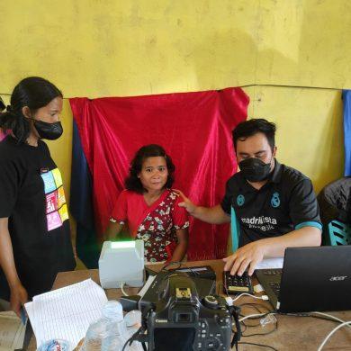 Dukcapil melakukan Pelayanan Jemput Bola di Desa Engkasan Kecamatan Tayan Hulu