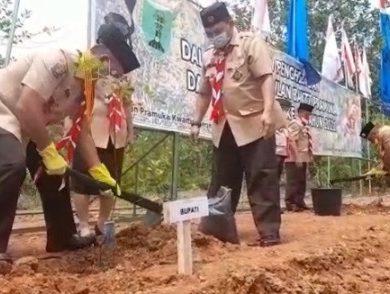 Tanam 100 Pohon di Bumi Perkemahan Sanggau