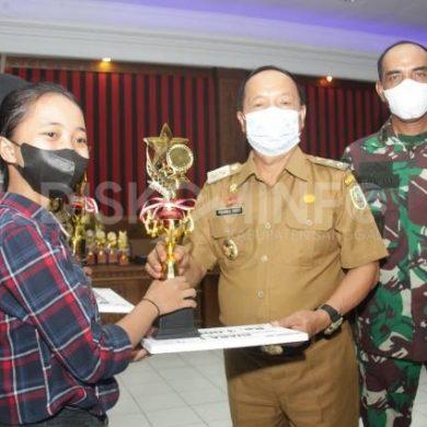 Wabup Sanggau Menyerahkan Hadiah Kepada Para Pemenang Lomba Dalam Peringatan HUT RI Ke-76