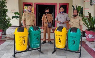 Kelola Sampah DLH Sanggau serahkan Tong Sampah Pilah – Dinas Lingkungan Hidup