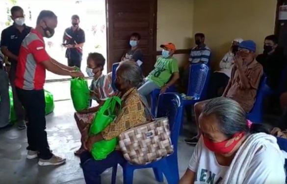 Serikat Petani Sawit Sanggau Bagikan 200 Paket Sembako
